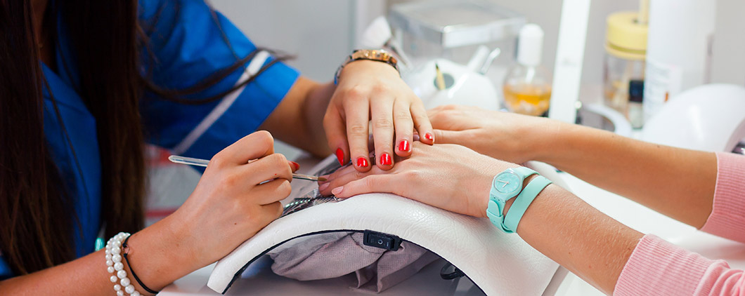 Photo a woman receiving a manicure